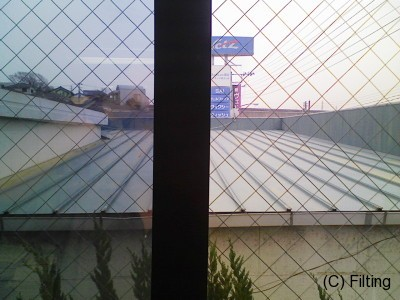 網入りガラスに遮熱タイプのガラスフィルム【アンバー35】施工比較です。