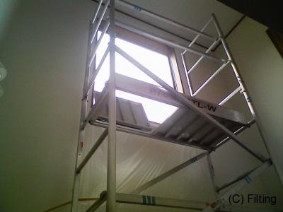 吹き抜け部等にはローリングを設置しての施工を致します。約8mほどまでは可能です。